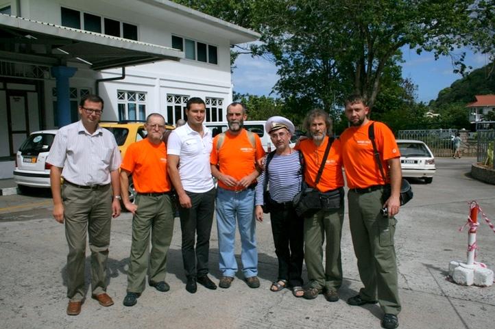 Консул РФ Виктор Зудин (слева) и вице-консул Павел Долгов (в центре)
